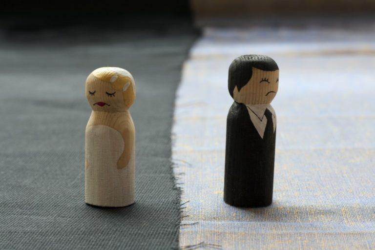 wood dollcouple symbolizing divorce